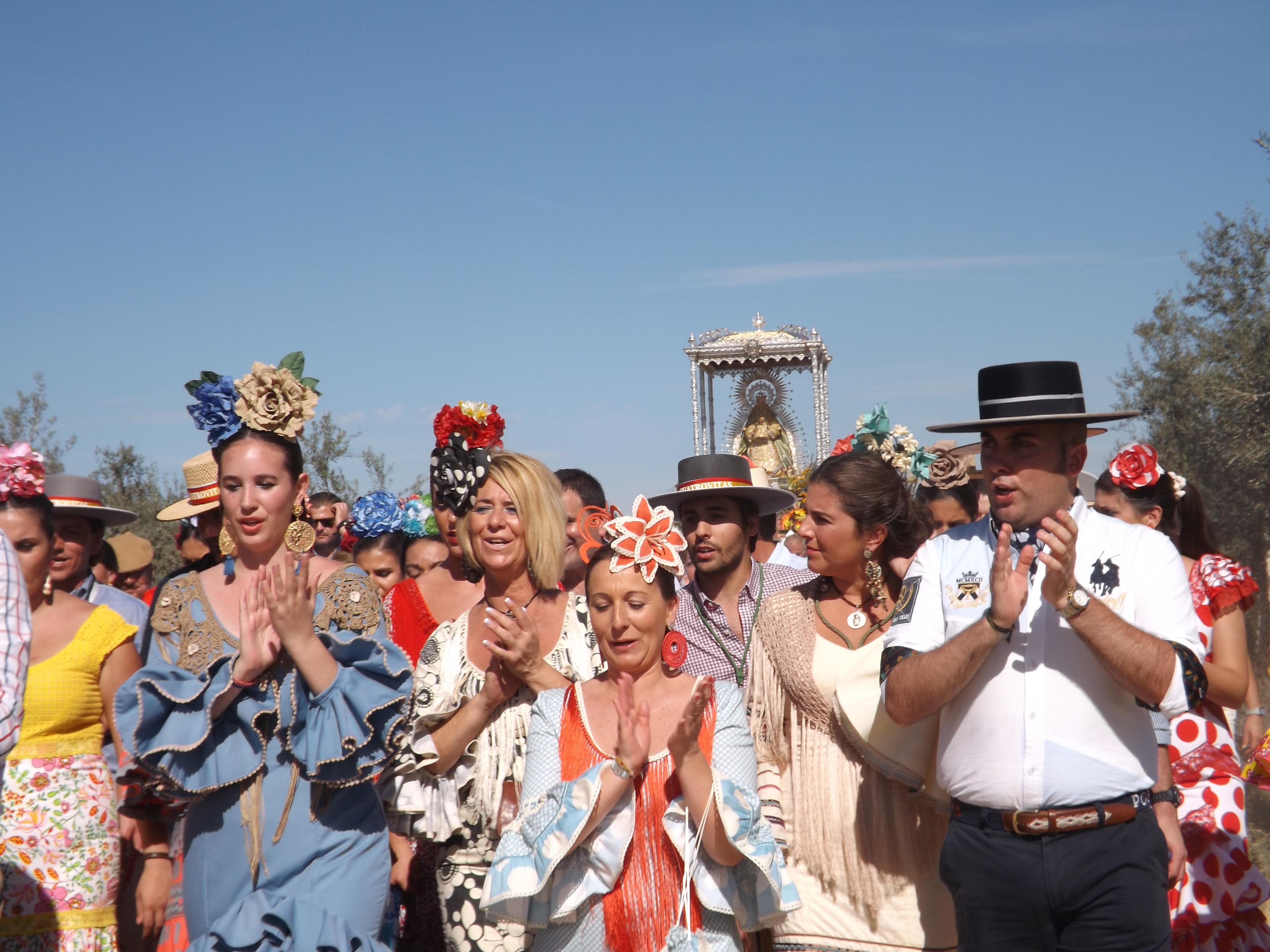 Los romeros ayer acompañaron a la Santa María de Cuatrovitas en su romería hacia la ermita, en la que permanecerá hasta el próximo 25 de julio, cuando las mujeres la devuelvan a hombros al pueblo.
