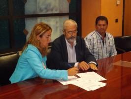 Momento de la firma del convenio entre el Consistorio y la asociación. Foto: P. G.