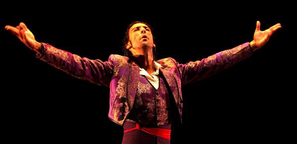 EduardoGuerrero, en un momento de su desbordante actuación en el Teatro Central. / El Correo