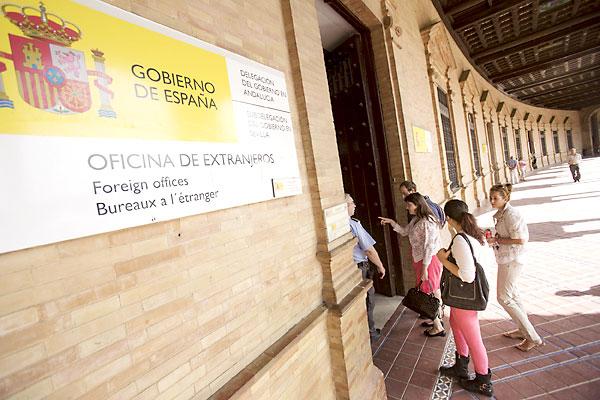 La solicitud para renovar el permiso de residencia temporal se tramita en la Oficina de Extranería de la Delegación del Gobierno, una solcitud en la que se han de acreditar diversas circunstancias. / Pepo Herrera