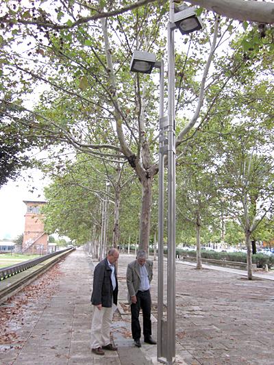 El concejal delegado de Urbanismo, Medio Ambiente y Parques y Jardines, Maximiliano Vílchez supervisa la instalación de las nuevas farolas. / El Correo