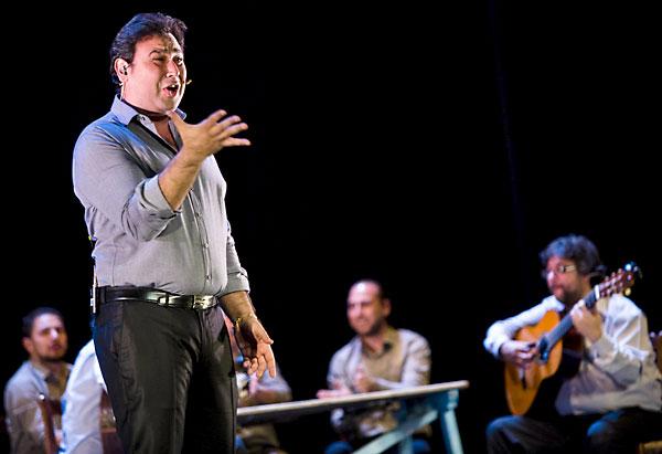 José Valencia en plena faena, con la mano derecha abierta. Detrás, parte del excelente cuadro con el que vino a triunfar en la Bienal de Flamenco. / Carlos Hernández