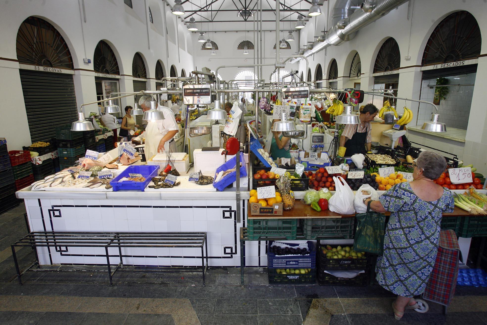 Puestos de pescado y de frutas y hortalizas en el mercado de la céntrica calle Feria, en Sevilla capital, con siglo y medio de actividad. / GREGORIO BARRERA