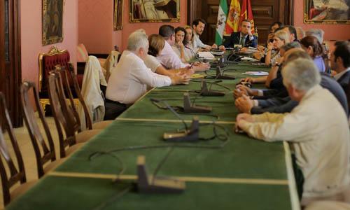 Reunión del Ayuntamiento para tratar el tema de la movida nocturna en Sevilla.