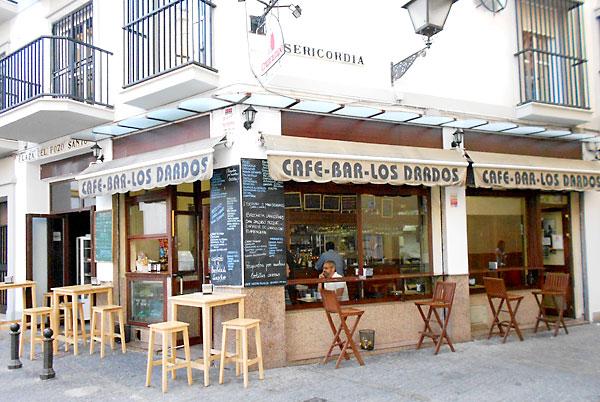 Exterior del bar Los Dardos. / J.C.