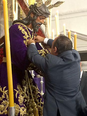 El alcalde, Jesús Manuel Martínez, imponiendo la medalla a Jesús Nazareno. / El Correo