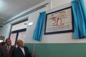Placa conmemorativa del 50 aniversario del centro.