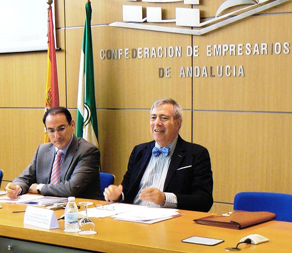 Javier González de Lara y Manuel Ángel Martín, ayer en la presentación del estudio sobre la reforma fiscal de la CEA. / El Correo