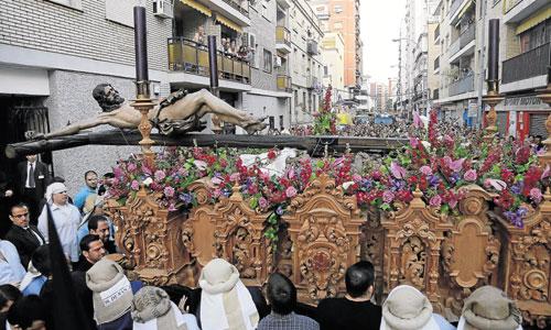 Para salvar los bajos techos, el Crucificado sale tumbado sobre el paso y, ya en la calle, recupera su verticalidad. / JOSÉ LUIS MONTERO