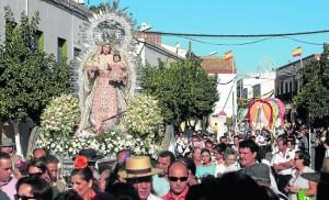 Devotos del Cristo de Torrijos peregrinan hacia su ermita, acompañados de la Virgen de la Estrella.