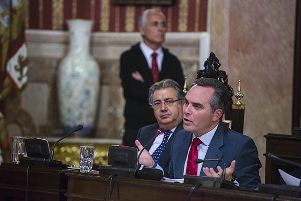 El delegado de Movilidad y Seguridad, Juan Bueno, ayer durante una intervención en el Pleno del Ayuntamiento. / Foto: C. Hernández