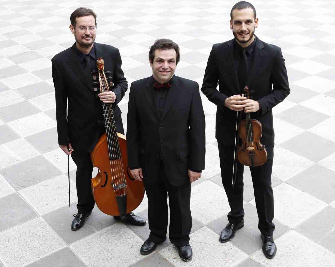 Yago Mahúgo, en el centro, junto a Jordi Comellas y Pablo Gutiérrez, miembros de Ímpetus Madrid Baroque Ensemble.