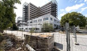 El estado de absoluto abandono del Hospital Militar Vigil de Quiñones no ha conmovido a los autores del presupuesto. / J.M. Paisano