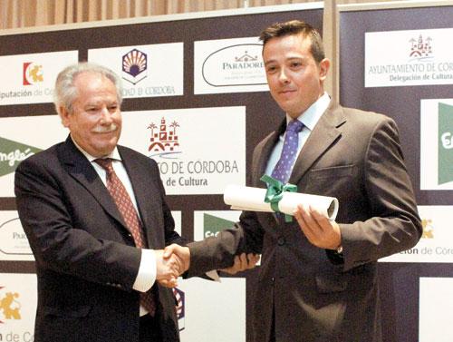 Manuel Fernández entrega el premio a José Gallego. / C.O.