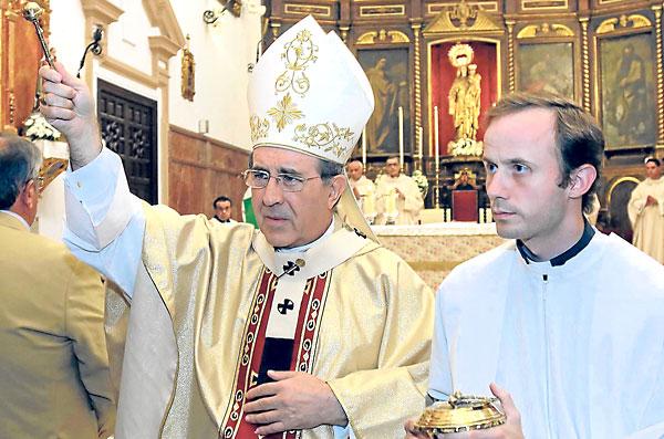 El arzobispo Asenjo asperge a los fieles con el hisopo al comienzo de la misa de acción de gracias. / José Luis Montero