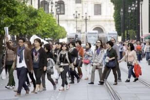 Turistas en la capital hispalense. / José Luis Montero