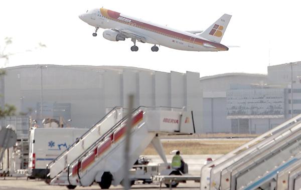 Despega un vuelo en el Aeropuerto de San Pablo. / Javier Díaz