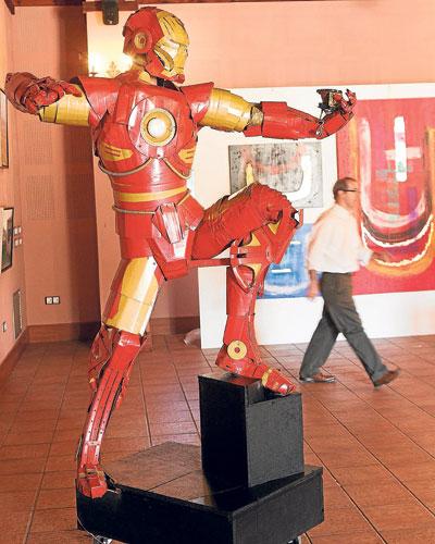 Un Ironman de dos metros destaca entre las obras.