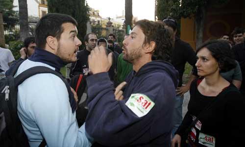 En la puerta de la Universidad de Sevilla se produjeron altercados entre los piquetes y los que querían acceder.