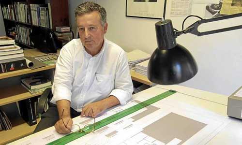 Antonio Campos es el arquitecto que ha dirigido, casi con un tino de médico, la complicada restauración del templo de la plaza Carmen Benítez. / José Luis Montero
