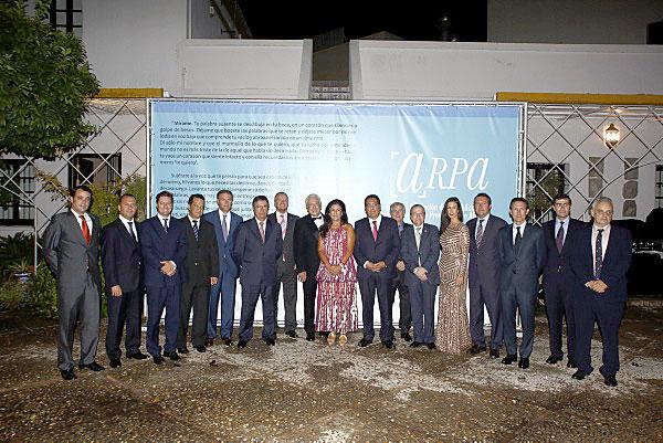 Los distintos galardonados por la Fundación Morera & Vallejo posan en el patio del Cortijo de la Gota de Leche junto a Antonio Morera Vallejo, Chary Maldonado y Rocío Morera. / Carlos Hernández
