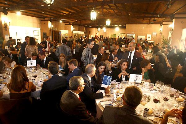El salón de actos, decorado con las obras de la exposición sobre la afasia, acogió la cena de gala. / Carlos Hernández