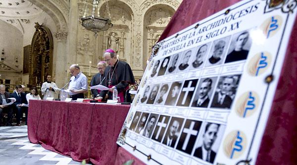 El arzobispo de Sevilla, Juan José Asenjo (d), durante su intervención hoy en la Catedral. EFE / José Manuel Vidal