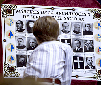 Familiares de los martires asistentes a la Capilla Real de la Catedral. / EFE