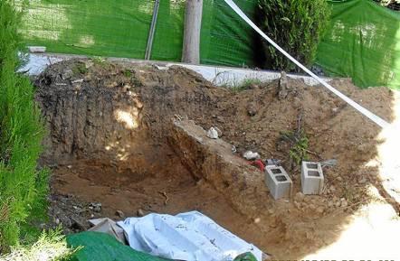 Los trabajos realizados en el cementerio municipal han dado como resultado la exhumación de un cadáver. / El Correo