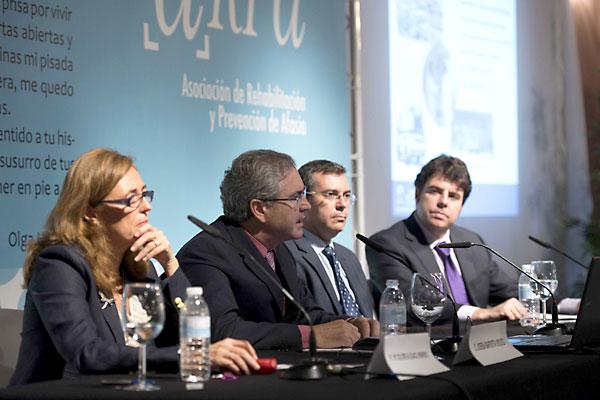 Los directores sanitarios Dolores Aguacil, Joseba Barroeta y Manuel González junto al periodista Iñaki Alonso. / J.M.Paisano