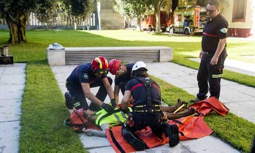 Bomberos de la Diputación simulan un rescate en altura en el patio de la institución provincial. Foto: Carlos Hernández