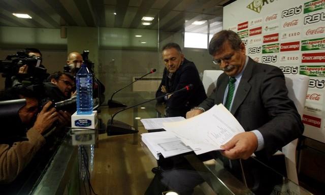 José Antonio Bosch repasa el informe antes de aquella rueda de prensa, el 14 de enero de 2011 / Javier Cuesta