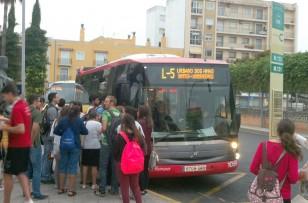 Numerosos estudiantes usan cada día la línea 5 para desplazarse desde el centro hasta la UPO.