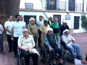 'Making off' del calendario benéfico de los costaleros de Jesús Despojado con los abuelos acogidos en el Hospital de la Santa Caridad. / El Correo