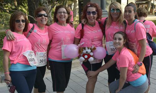 Sevilla se ha teñido de rosa gracias a 9.000 mujeres que han corrido para apoyar la lucha contra el cáncer. Foto: Manu Gómez