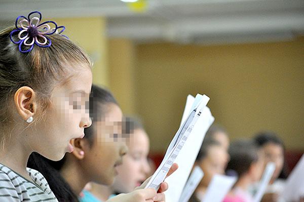 Los niños del Coro Meridianos, una iniciativa nacida hace ahora un año, proceden de los ocho colegios de la zona. / J.M. Caro
