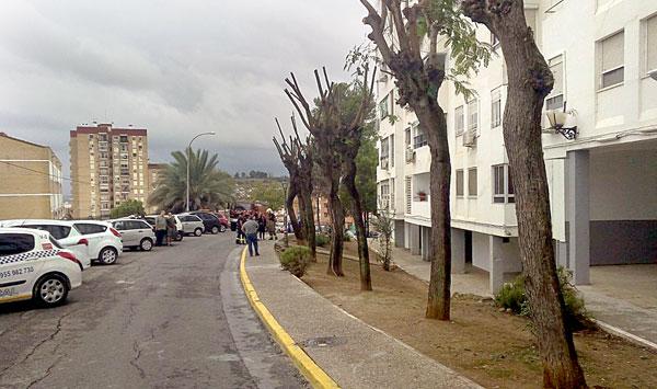 En la imagen a la derecha, el edificio afectado. / El Correo