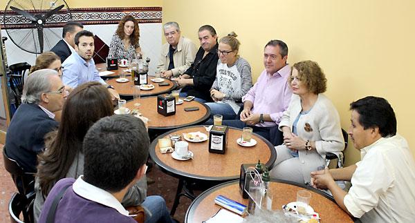 Juan Espadas jutno a vecinos del barrio de El Cerezo este domingo. / El Correo