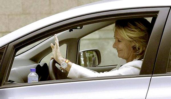 Esperanza Aguirre en su coche. / EFE