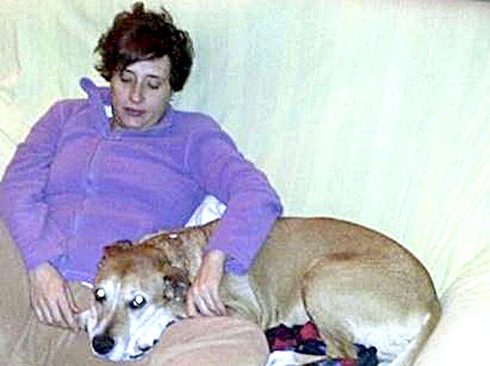 El perro Excalibur junto a su dueña, la afectada de ébola Teresa Romero. / EFE