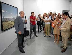 El público acude a una visita por la exposición.