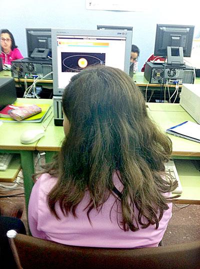 Una alumna del colegio Peñaluenga trabaja en el ordenador sobre las órbitas de los planetas alrededor del sol. / Fotos: J.A.F.