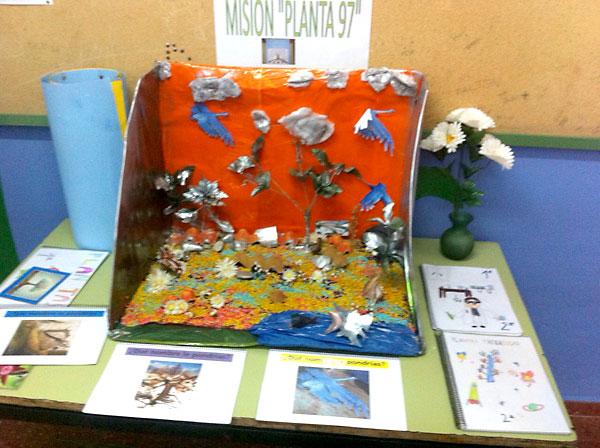Los alumnos preparan trabajos como este, sobre la posible flora de otros planetas.