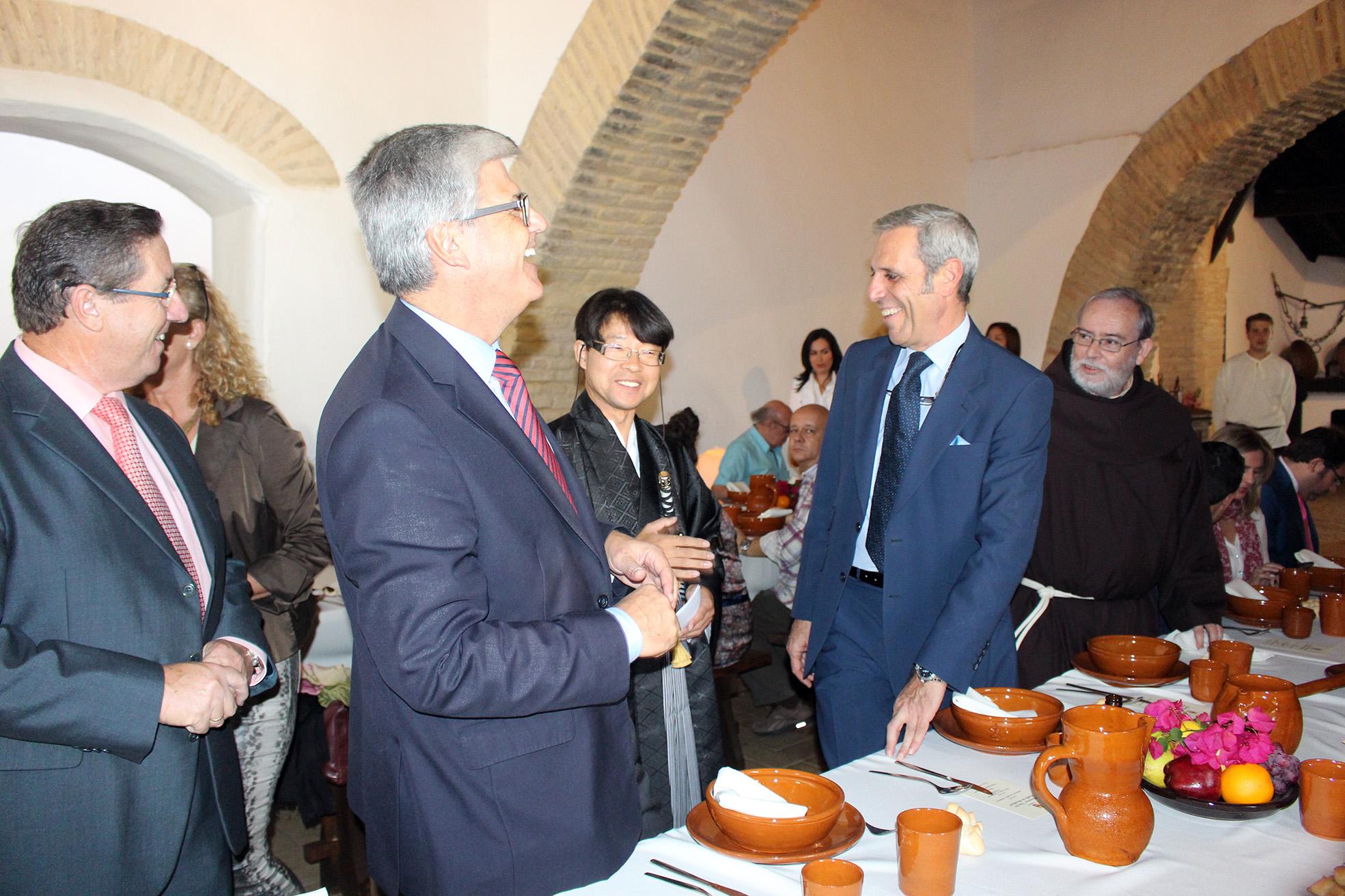Domingo Salado, Javier Landa, un touroperador japonés y José Japón durante el almuerzo del siglo XVII.