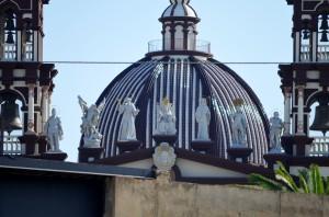Fachada del templo de la iglesia cismática teñida del color carmelita y con sus nuevas imágenes, entre ellas la de Franco. Foto: Salvador Criado