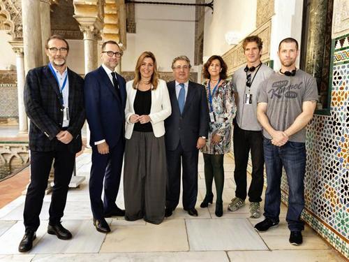 El embajador de Estados Unidos, James Costos, ha publicado esta imagen con los productores de la serie, el alcalde y la presidenta andaluza.