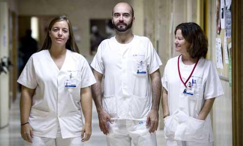 Marta Arsuaga Vicente,iz., Fernando de la Calle,c, y María del Mar Lago Nuñez, integrantes del equipo médico que atiende a la auxiliar de enfermería contagiada por ébola, Teresa Romero. Foto: EFE