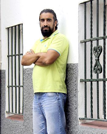 Mohammed se lamenta de la dificultad para renovar los papeles. / José Luis Montero