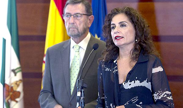 La consejera de Hacienda entregó ayer al presidente del Parlamento los presupuestos para 2015. / El Correo