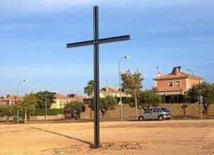 Una enorme cruz se levanta en el centro de los terrenos donde se ubicará el templo.